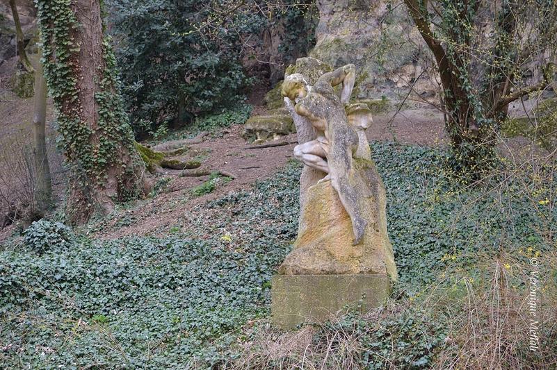 """Parc des Buttes Chaumont : statue """"Gouffre"""" de Sylvain Kinsburger"""