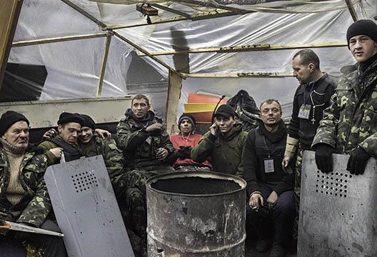 Un groupe de jeunes hommes qui ont récemment rejoint la Milice de Défense.