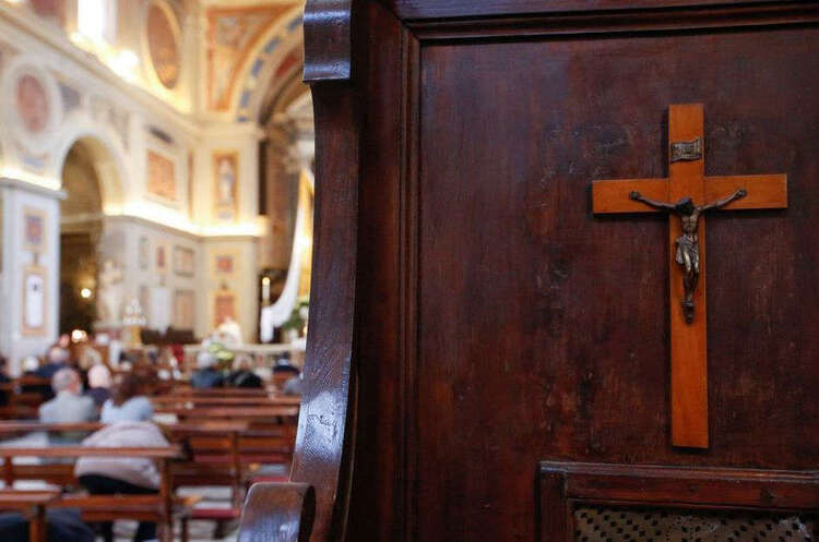 A la fin de la messe, le prêtre annonce être tombé amoureux d'une femme