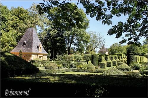 Les Jardins du Manoir d'Eyrignac l'Allée des Charmes et le Pigeonnier