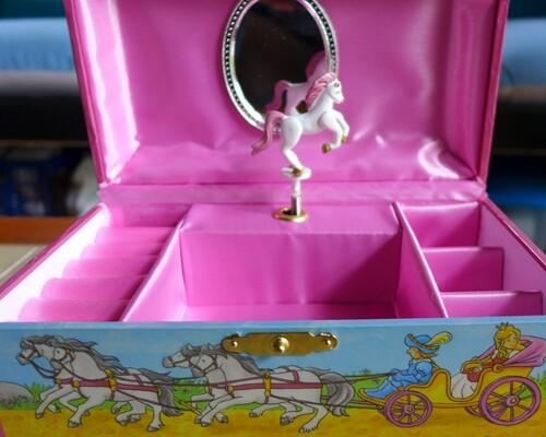 Une boite à bijoux musicale pour Alice...