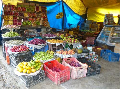 un commerce de fruits et légumes sympa;
