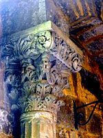 P1050631 Saintes-Maries-de-la-mer église chapiteau abside MH rwk.jpg