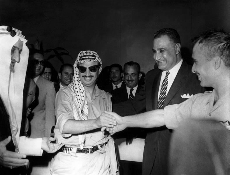 Le roi Fayçal d'Arabie et le président Gamal Abdel Nasser assistent à la poignée de main entre Yasser Arafat et le roi Hussein de Jordanie, Le Caire, 28 septembre 1970 (DR)