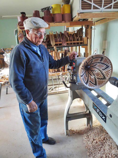 Dans l'atelier de Jean Glace, tourneur sur bois à Laignes...