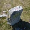 Ancienne borne/stèle dressée avec croix gravée (865 m)