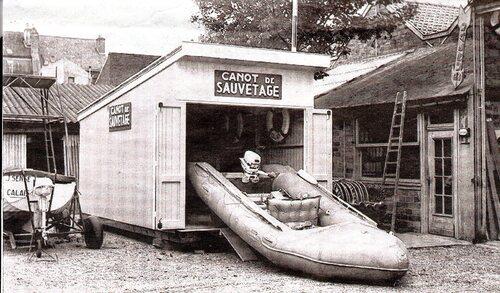 Une barque de sauvetage propulsée à la rame