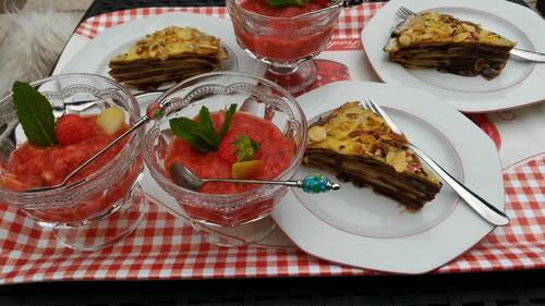 Gâteau de crêpes et granitas de fraises à la menthe.
