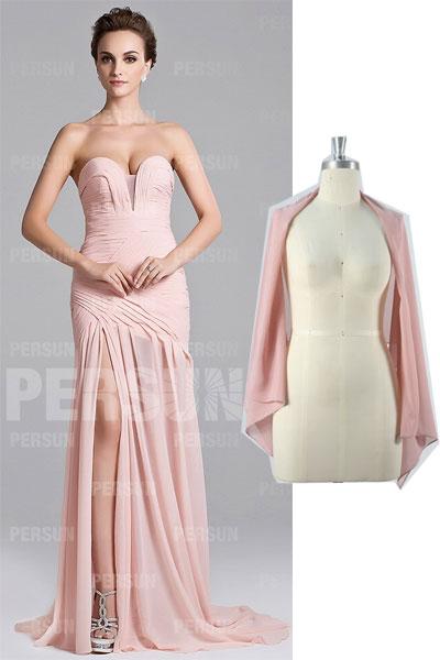 robe de soirée rose fendue et étole rose carnation