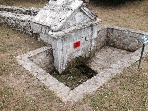 Ancienne fontaine de Cuerres.