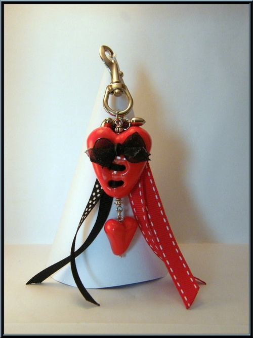 Bijoux de sac spécial saint valentin, coeurs en fimo rouge.