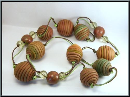 Collier sautoir perles fils en fimo et perles acryliques.