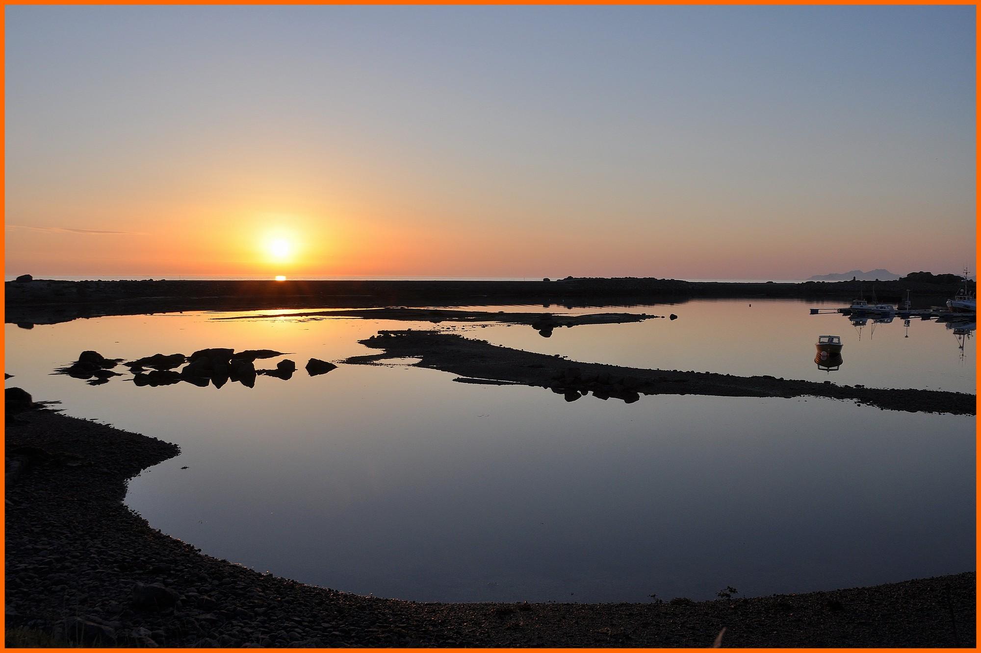 Soleil de minuit à Hovsund sur l'île de Gimsøya