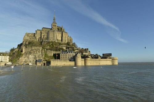 Un mois avant la « marée du siècle » le 21 mars,  la mer lance la saison.