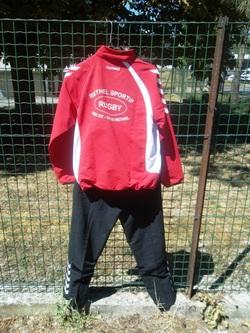 veste rouge pantalon noir