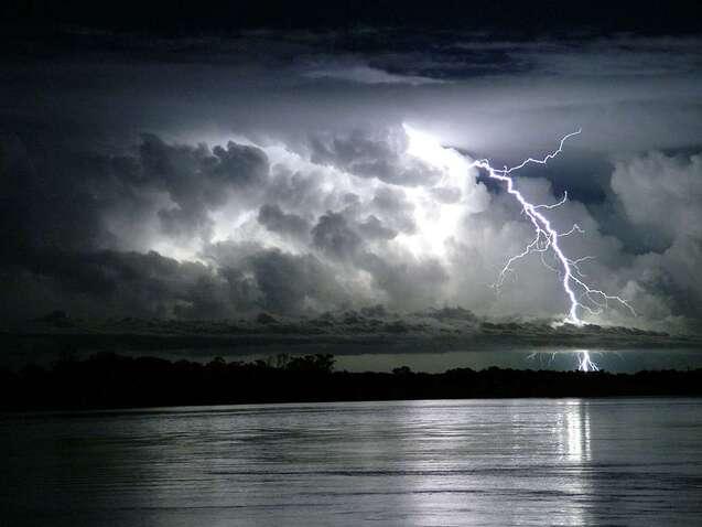 Eclair Sur Le Fleuve