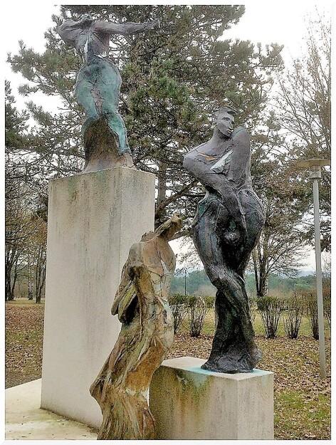 Sculptures sur aire de repos.
