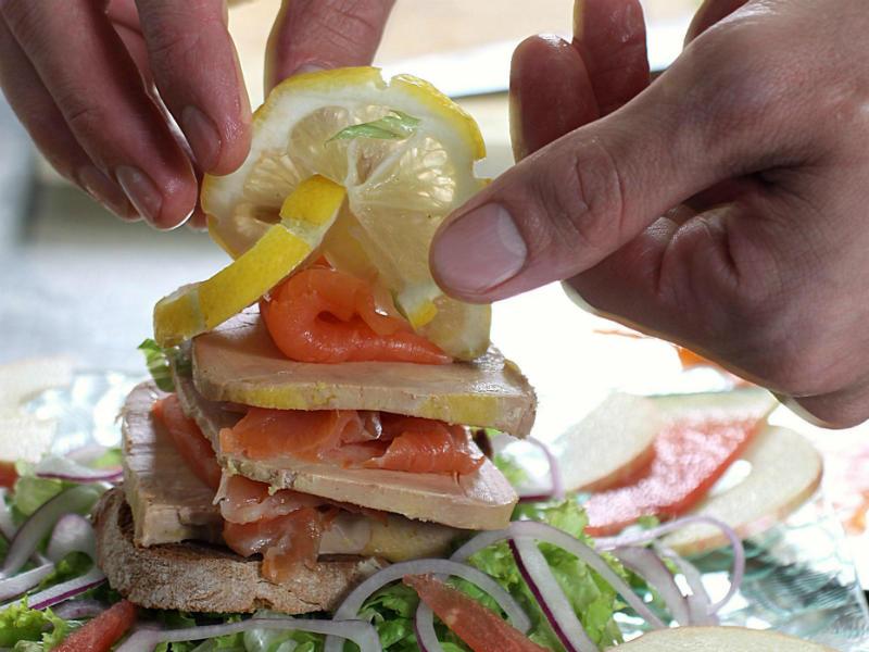 Recette de terroir pour ce millefeuille de foie gras à la truite fumée des Pyrénées