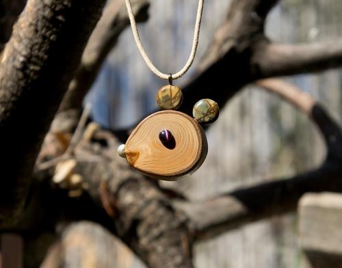 Petit rongeur décoratif --- pendentif en cêdre et jaspe