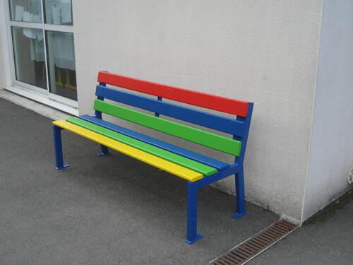 Deux bancs multicolores en maternelle!