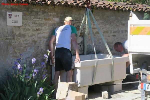 Une superbe fontaine, œuvre du sculpteur Didier Cailloux, a été installée au cœur du village d'Essarois