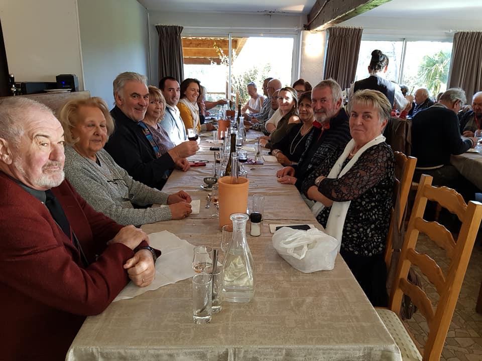 L'image contient peut-être: 9 personnes, dont Evelyne Wild-Porter, personnes souriantes, personnes assises, table et intérieur
