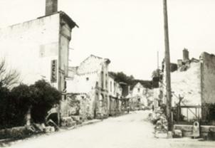 Rue du village de Mouleydier incendié par les allemands le 21 juin 1944.