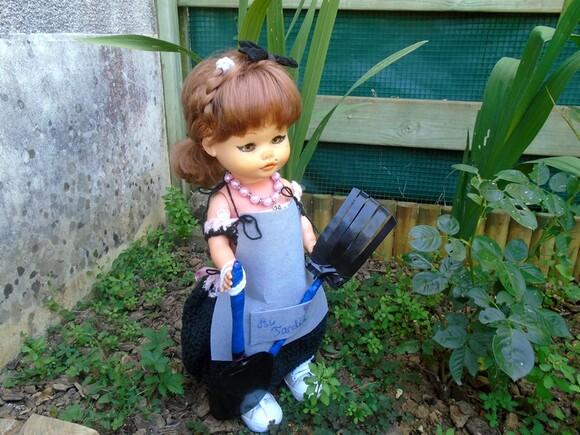Rosalie à fond dans le jardinage