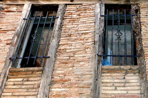 Fenêtres et vieux mur