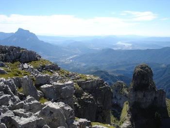 """Au fond, à gauche la Pena Montanesa et en face, l'""""embalse"""" de Mediano (retenue de barrage)"""