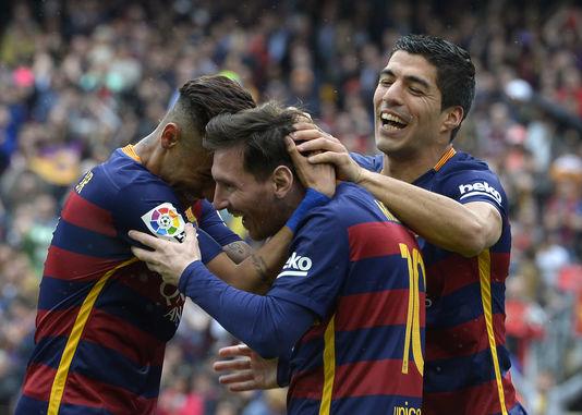 Lionel Messi entouré de Neymar (à gauche) et de Luis Suarez, le 8 mai 2016, face à l'Espanyol Barcelone.