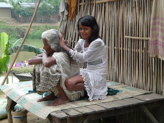 une enfant épouille sa mamie