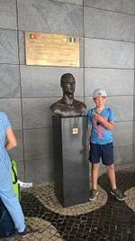 Kleiner deutscher Tourist mit Ronaldo