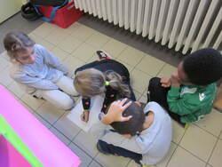 Les élèves de CE1 B apprennent à rédiger des textes et à se corriger.