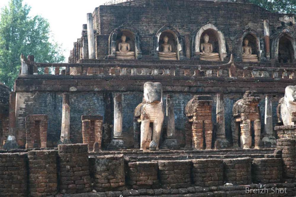 Wat Chang Lom, Le chedi aux éléphants - Les éléphants  en structure brique et stuc sont en mauvais état de conservation.