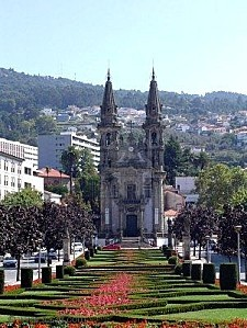 2563913-parc-menant--une-glise-de-guimaraes-portugal