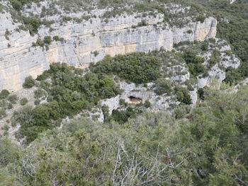Une grotte dans la paroi de la gorge
