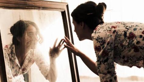 Regarder dans le miroir.