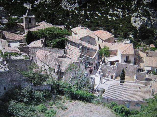 Un petit passage furtif ou l'on va un peu ce promener aux baux de Provence.Bonne balade