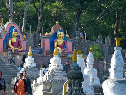 temple de Swayambunath; des statues de Bouddha
