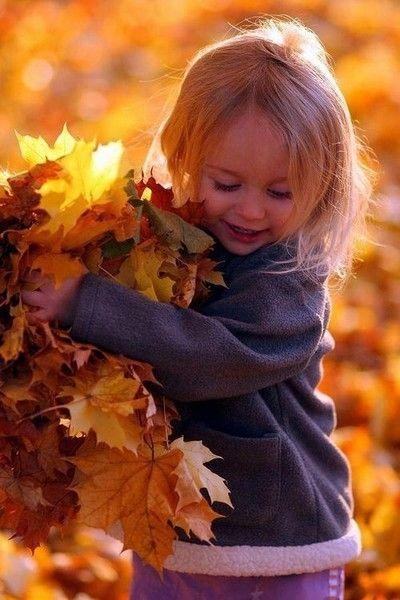Les enfants aiment jouer avec les feuilles d'automne !