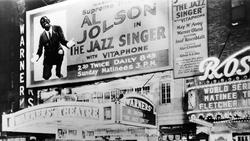 Affiche Le Chanteur de jazz au fronton d'un cinéma