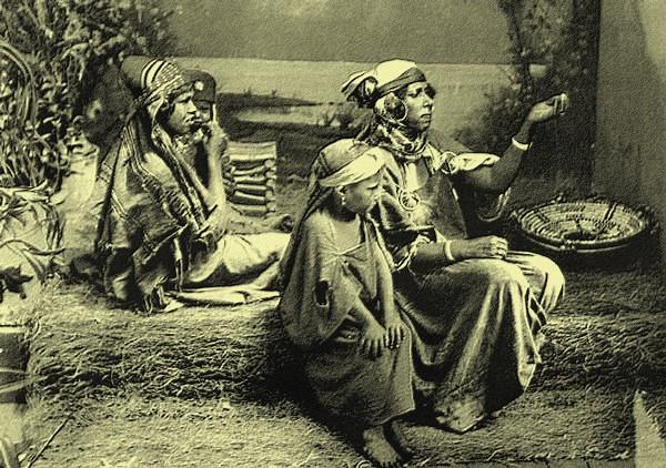 Bédouine mendiant avec ses enfants, Tunis, Tunisie. 1890