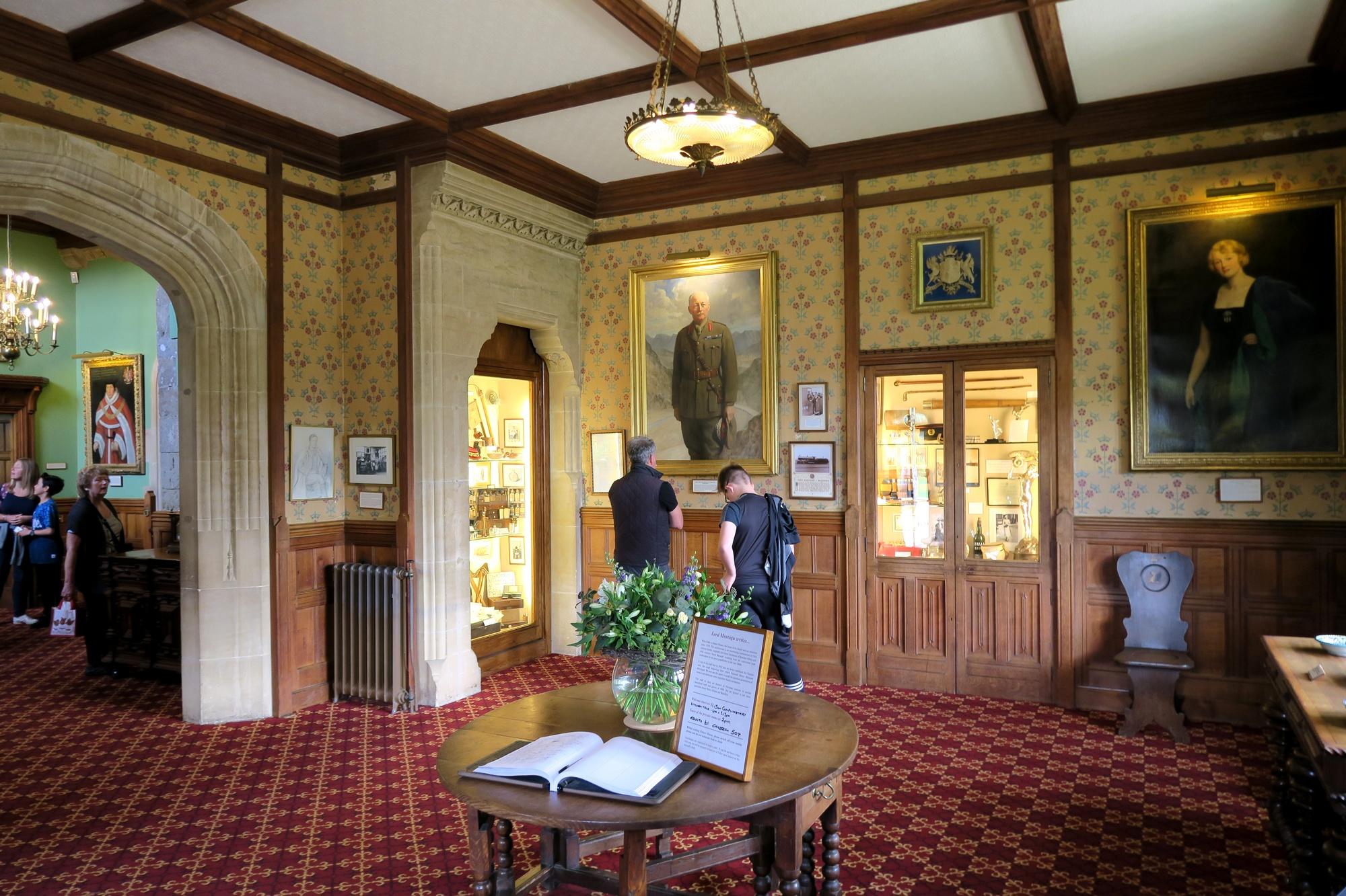 BEAULIEU #2 Palace House. Dans le hall d'entrée sont exposées dans les vitrines, des objets et des archives familliales, ainsi que les actes et décorations du Comte pendant la dernière guerre.