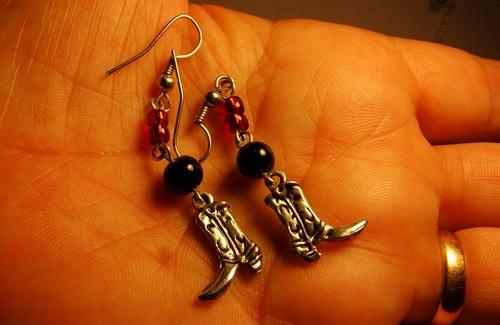 Boucles d'oreilles santiags dans les tons rouges et noirs