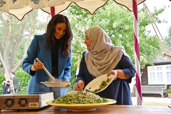 Meghan présente le livre de cuisine