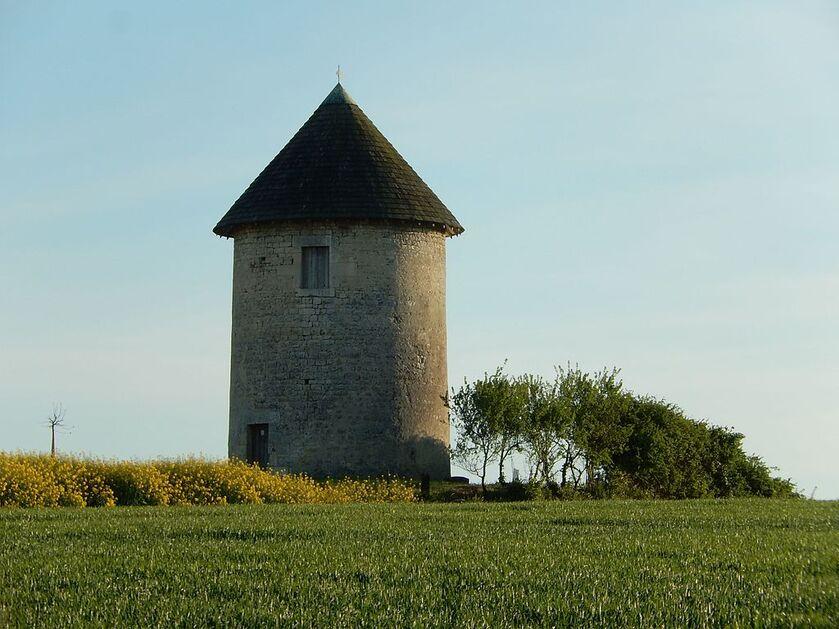 FR 17 Dœuil sur le Mignon 08 Ancien moulin à vent.jpg
