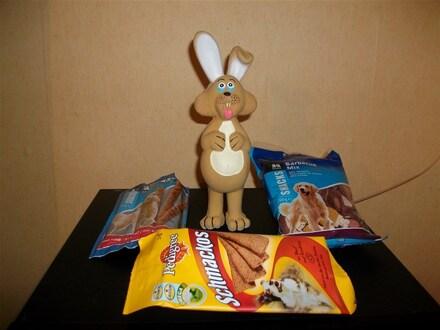 Tara découvre ses cadeaux de Pâques