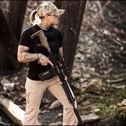 Kinessa Johnson : Fusil d'assaut à la main, elle défend les animaux en Afrique