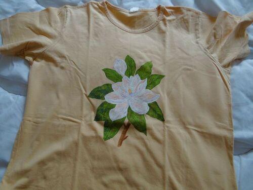 Fleur peinte sur tee shirt